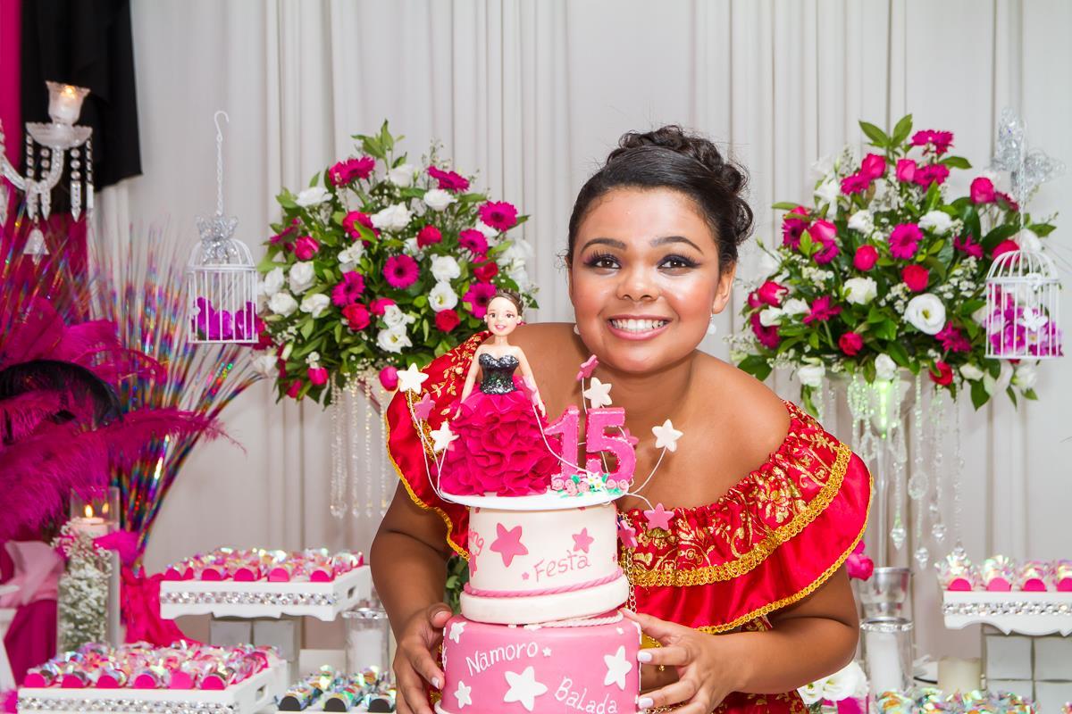 fotógrafo para festa de debutante aniversariante com o bolo de 15 anos