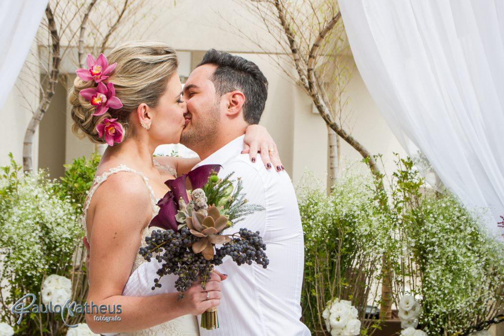 Beijo do casal em fotógrafo de casamento em São Paulo