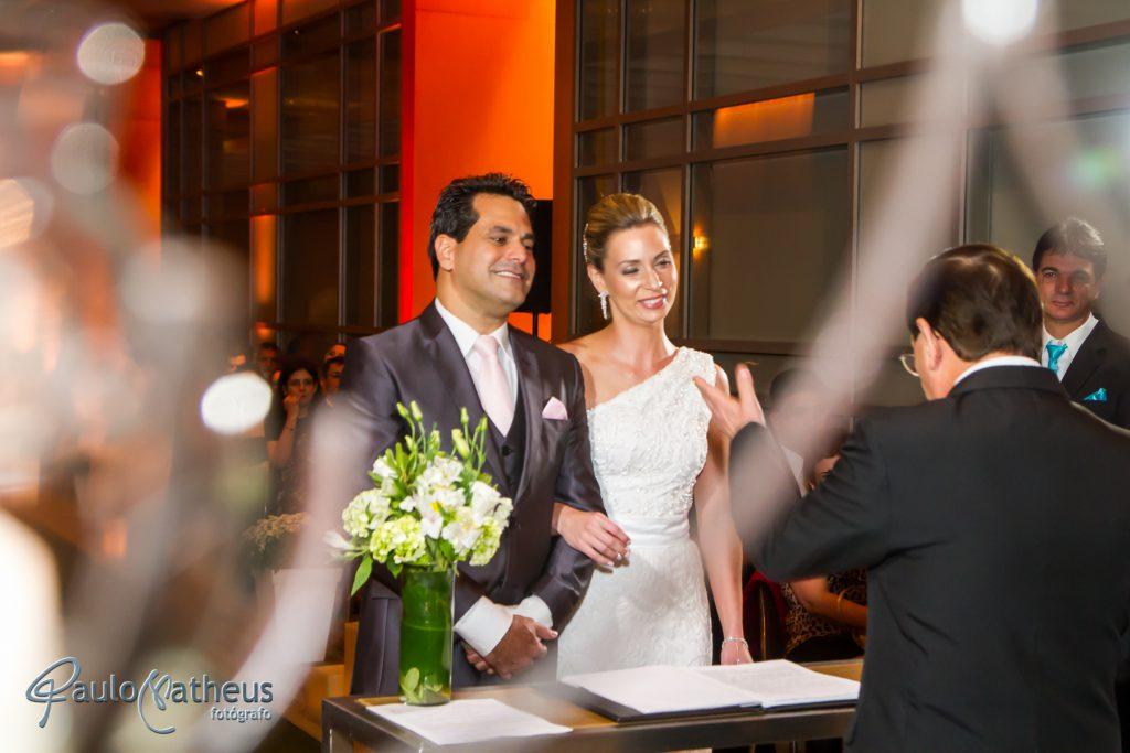 Casal na cerimonia registrado pelo fotógrafo de casamento Paulo Matheus em São Paulo