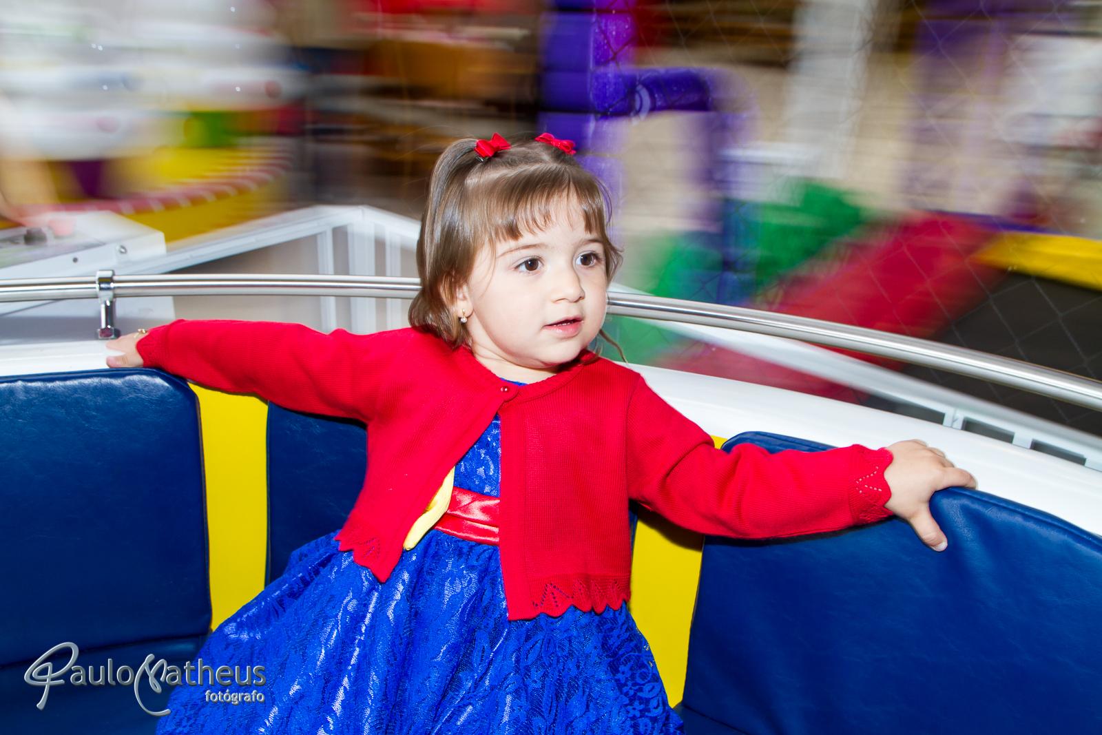 criança no gira gira em festa infantil