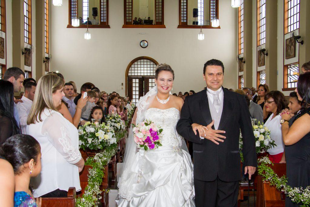 Noiva entrando com o pai na igreja pelo fotógrafo de casamento Paulo matheus