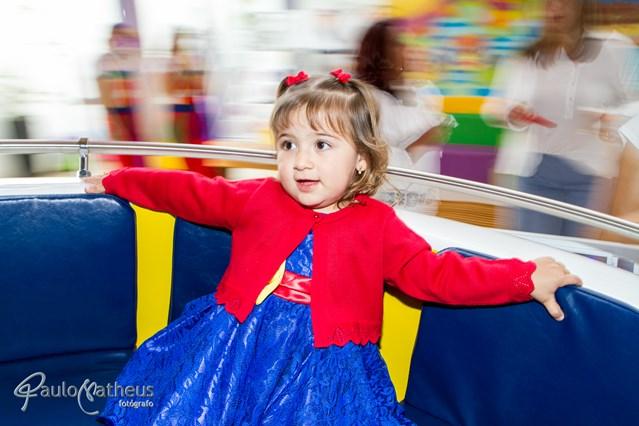 fotografo para festa infantil registrou criança brincado no gira-gira