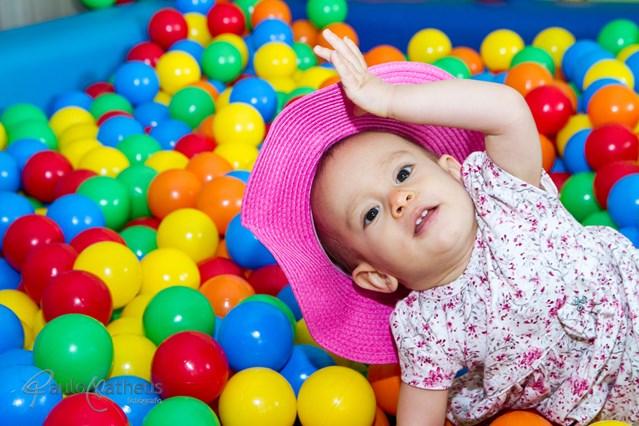 fotografia de festa infantil de criança brincando na piscina de bolinha