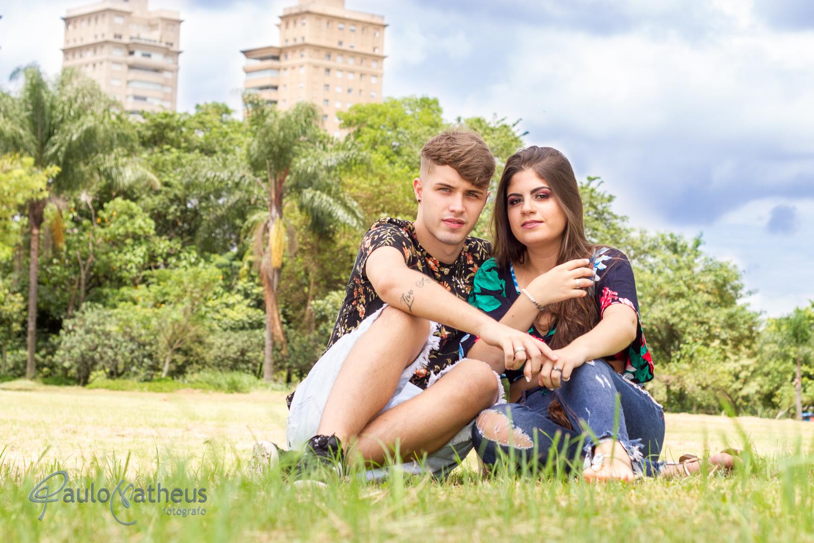 fotografia de casal sentado no parque em ensaio fotográfico pré wedding