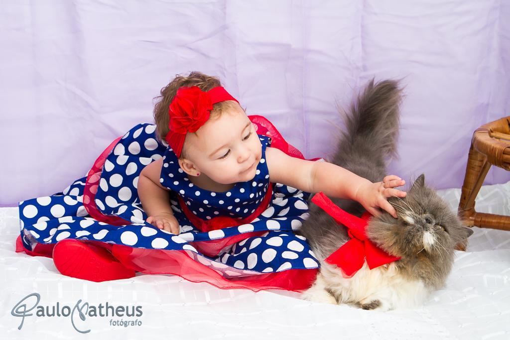 ensaio fotográfico infantil criança com gatinho