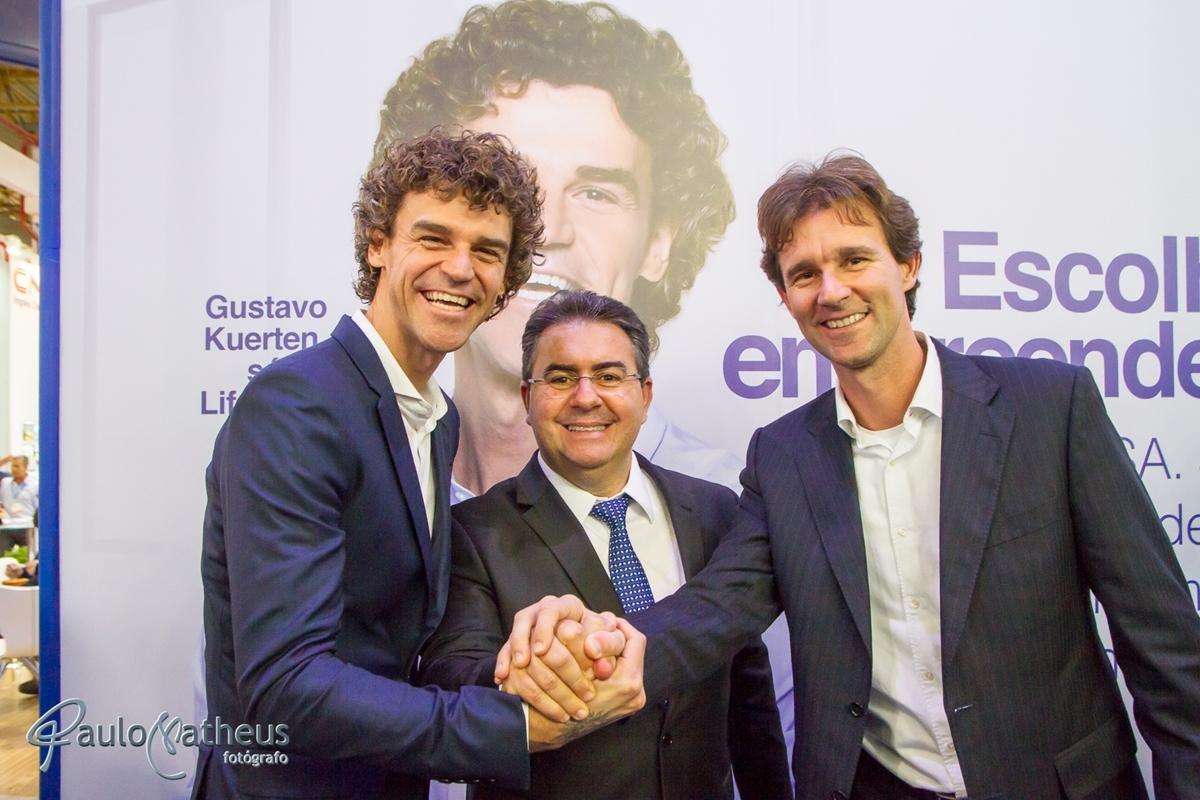 Guga com empresários em feira de negócios pelo fotógrafo profissional Paulo Matheus