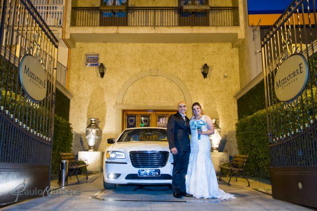 Foto do casal em frente ao carro pelo fotógrafo de Casamento Paulo Matheus em São Paulo