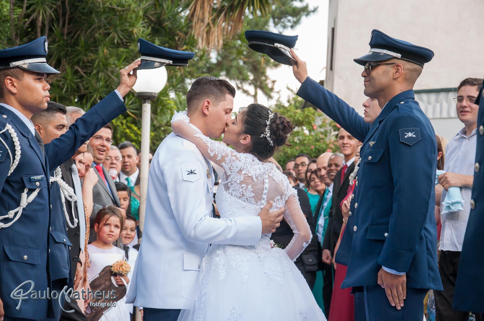 noivo beija a noiva em casamento militar