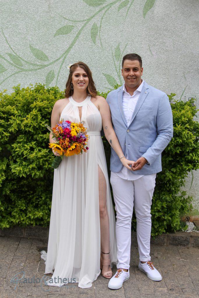 Casal posando para fotógrafo de casamento em Guarulhos