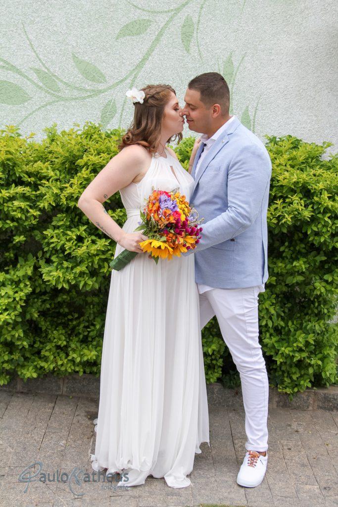 Casal se beijando posando para fotógrafo de casamento em Guarulhos
