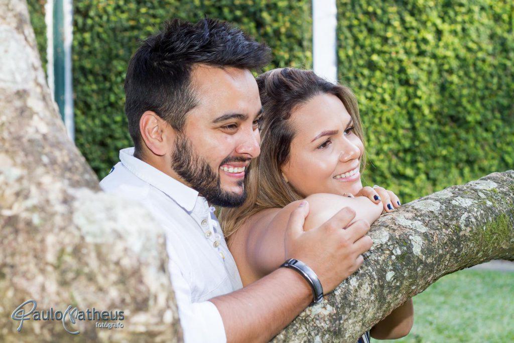 casal namorando em book fotográfico no Jardim Botânico em São Paulo