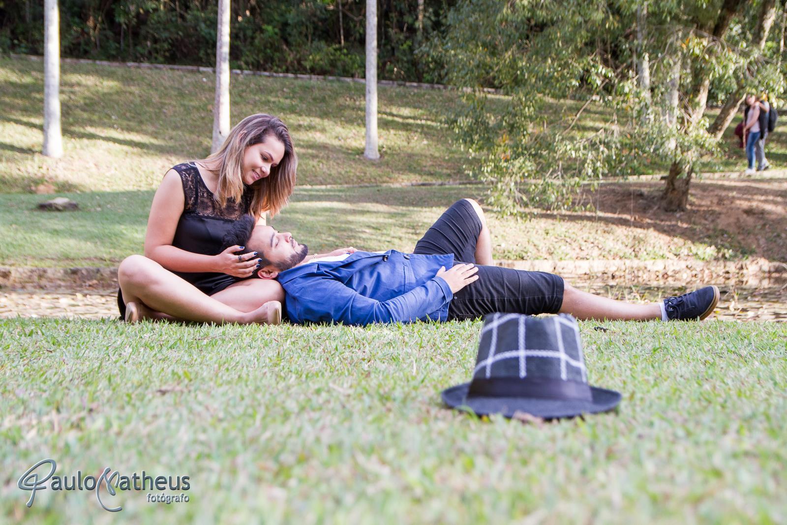 casal sentado a beira do lago em book fotográfico no Jardim Botânico em São Paulo