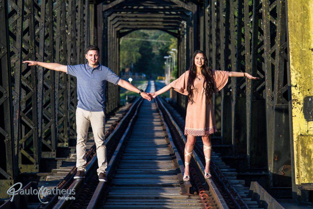 fotografria na ponte em ensaio fotográfico para casal