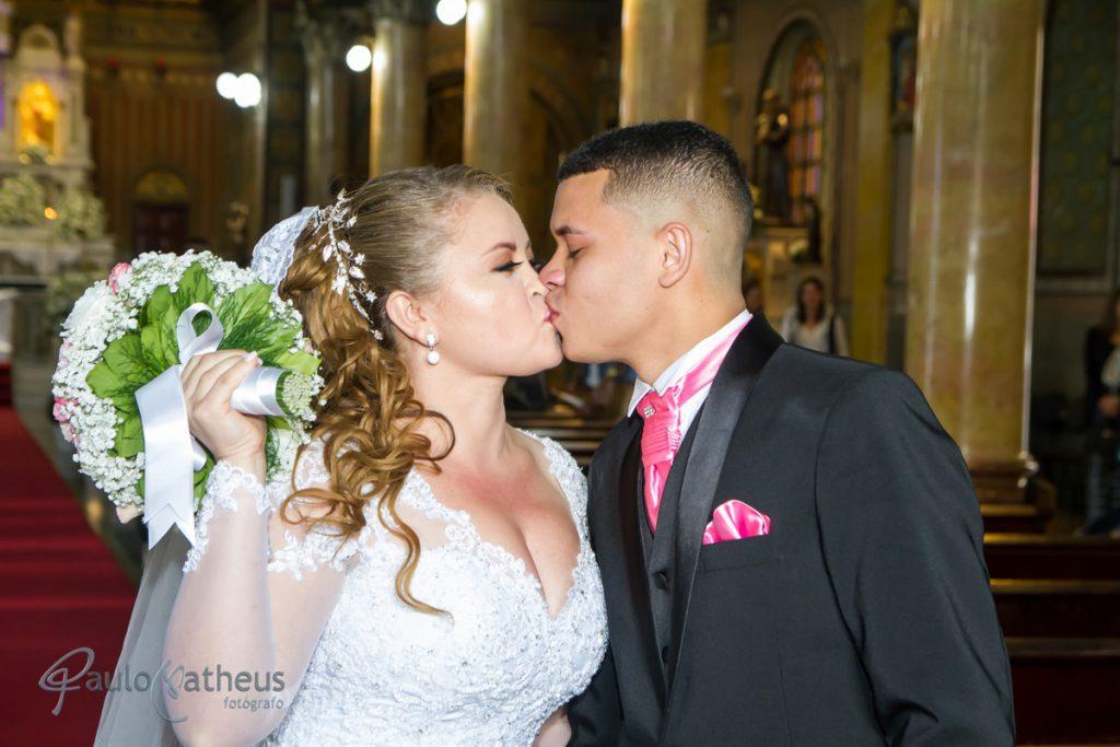 Fotógrafo para casamento na Penha registro o beijo dos noivos  na saída