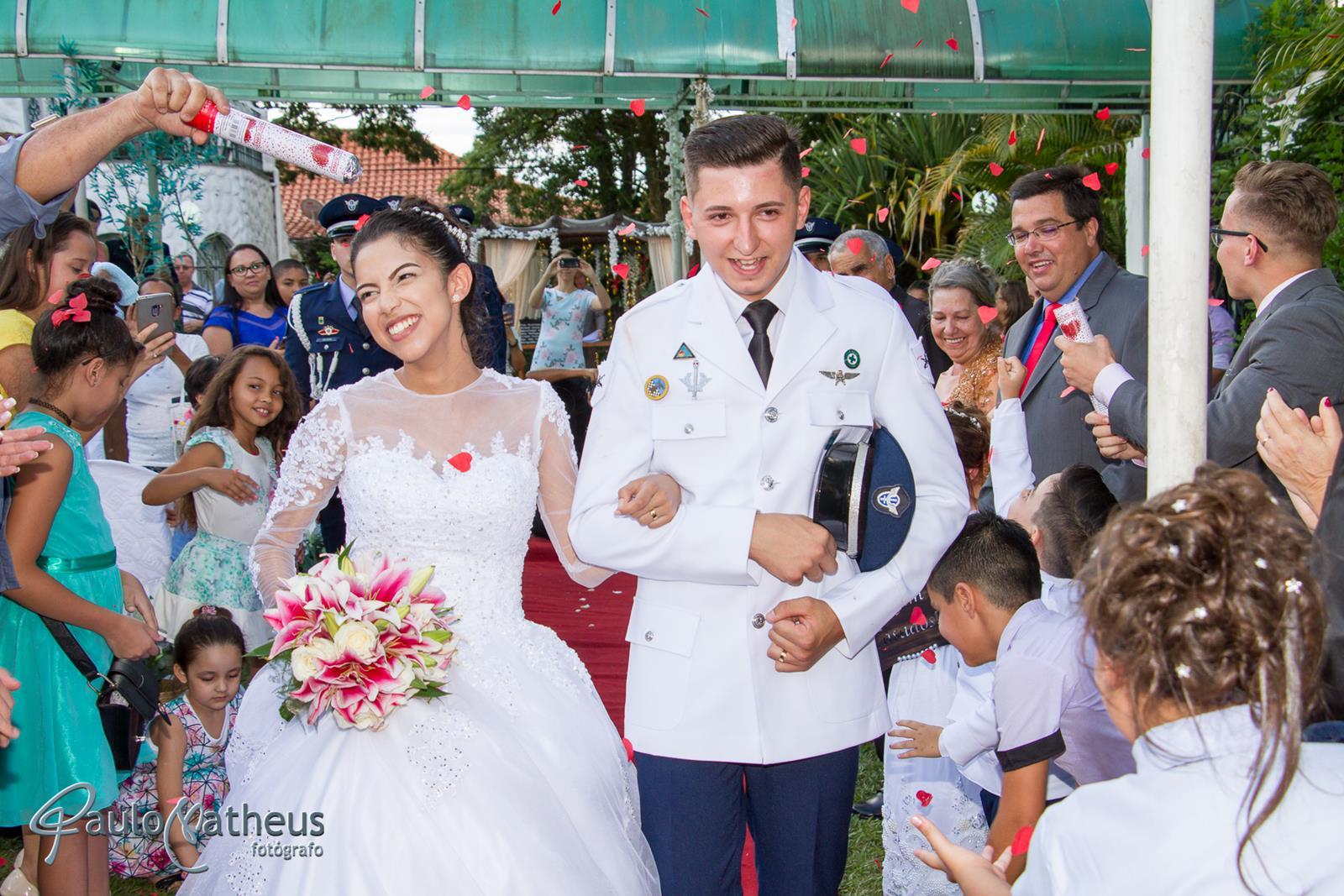 Casal saindo da cerimônia em poá SP pelo fotógrafo de casamento paulo Matheus