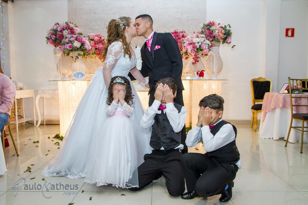 fotógrafo para casamento na penha fotografa as crianças com vergonha do beijo