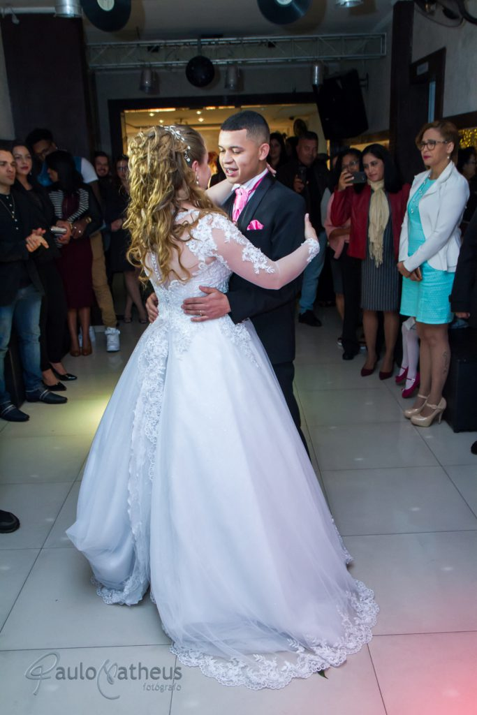 Dança dos noivos no salão por Fotógrafo para casamento na Penha