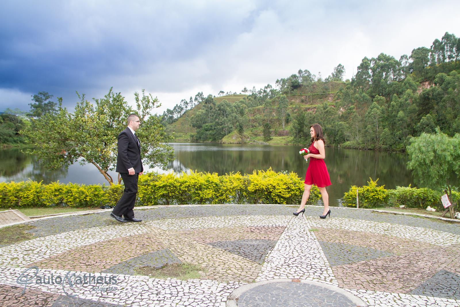 casal se aproximando em book fotográfico de casal