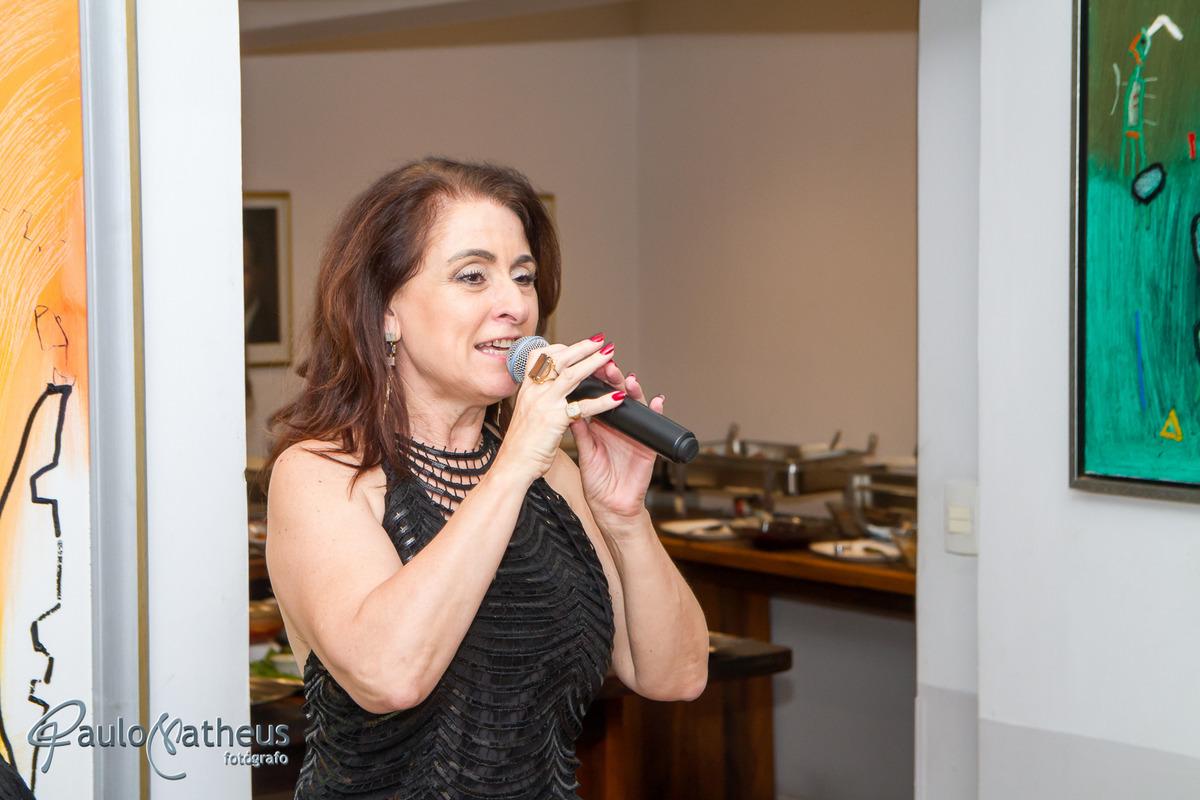 cantora Fátima Fonseca em festa de aniversário de 127 anos da Associação Escandinava