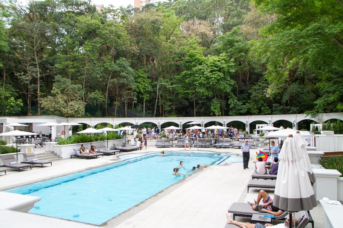 vista da piscina e jardim em casamento no palácio tangara