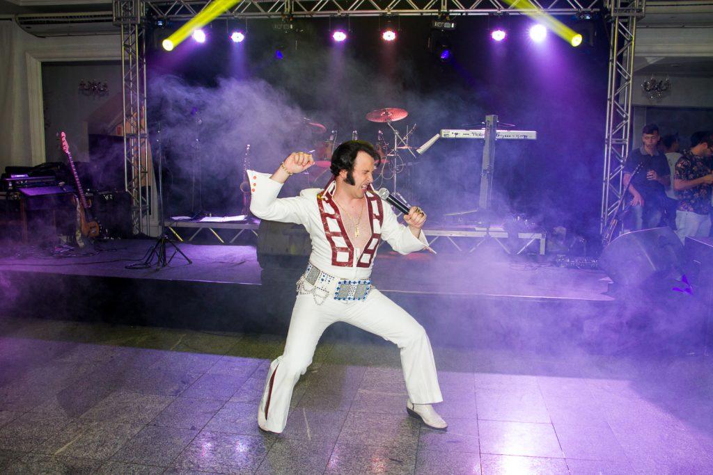 Festa de confraternização de funcionarios com Elvis Presley Erik