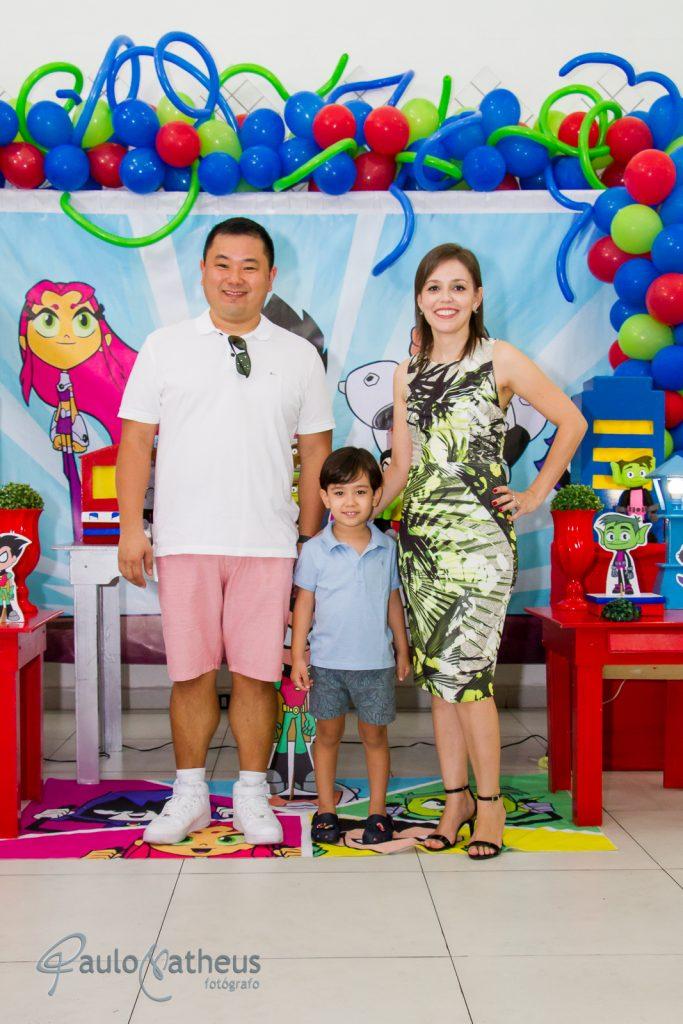 Fotografia de Davi com papai e mamãe em festa de aniversário infantil no abc