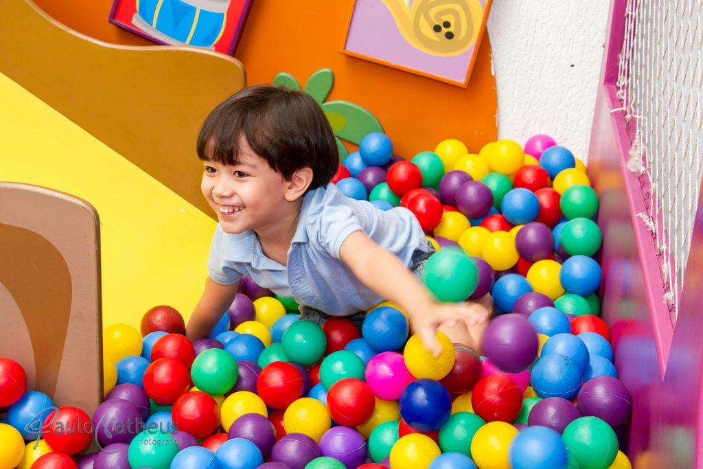 Fotografia de Davi na piscina de bolinha em festa de aniversário infantil no abc