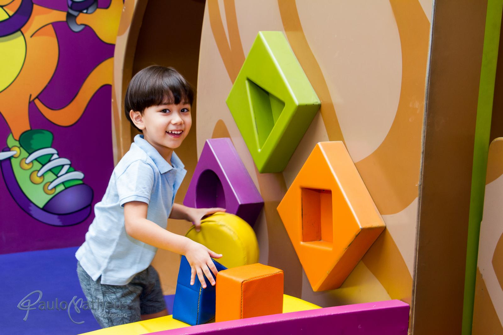 Fotografia de Davi brincando em festa de aniversário infantil no abc