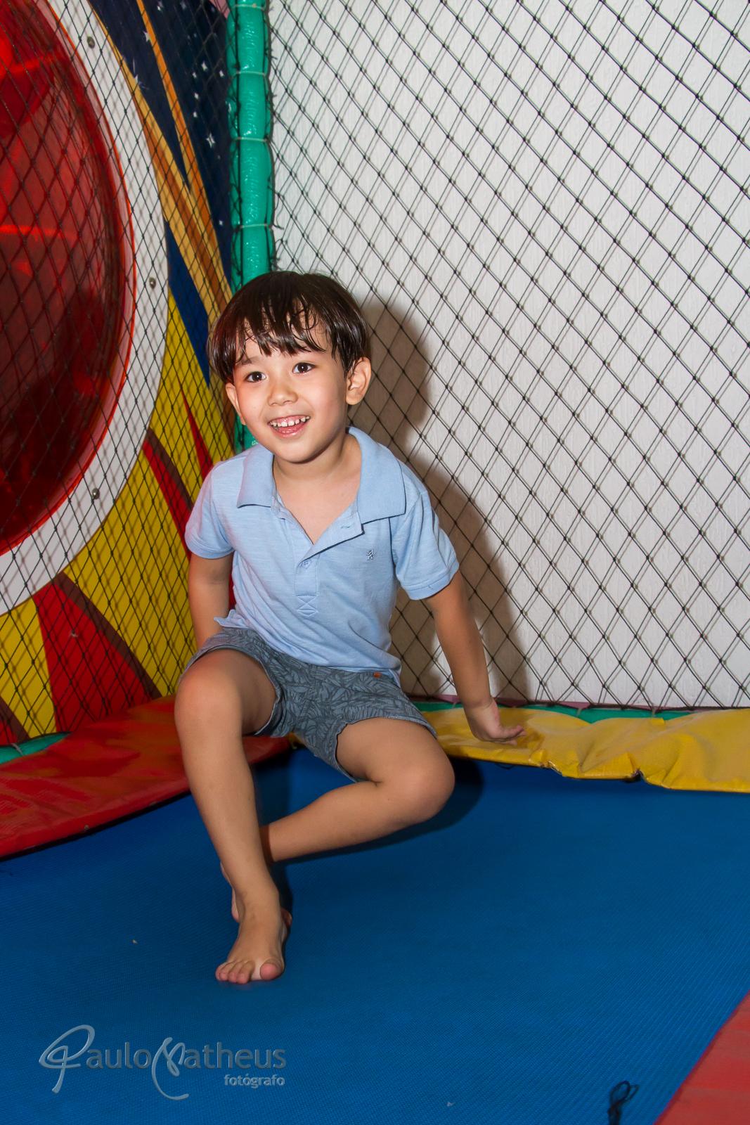 Fotografia de Davi no pula-pula em festa de aniversário infantil no abc
