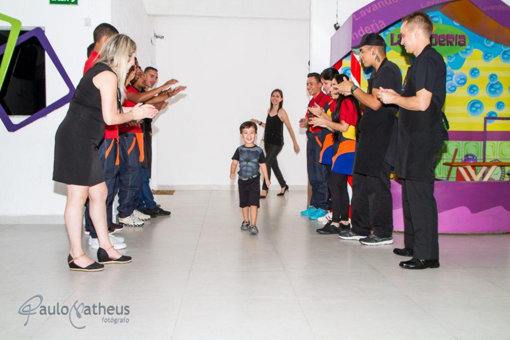 Criança entrando na festa de aniversário