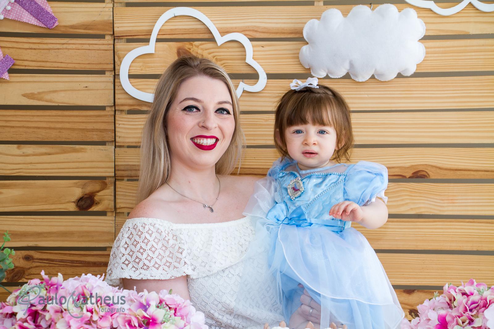 mãe e filha em festa de um ano