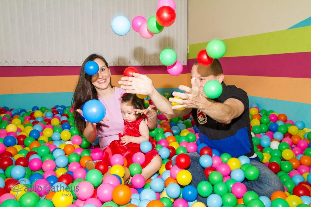 festa de aniversário de um ano na piscina de bolinha com papai e mamãe